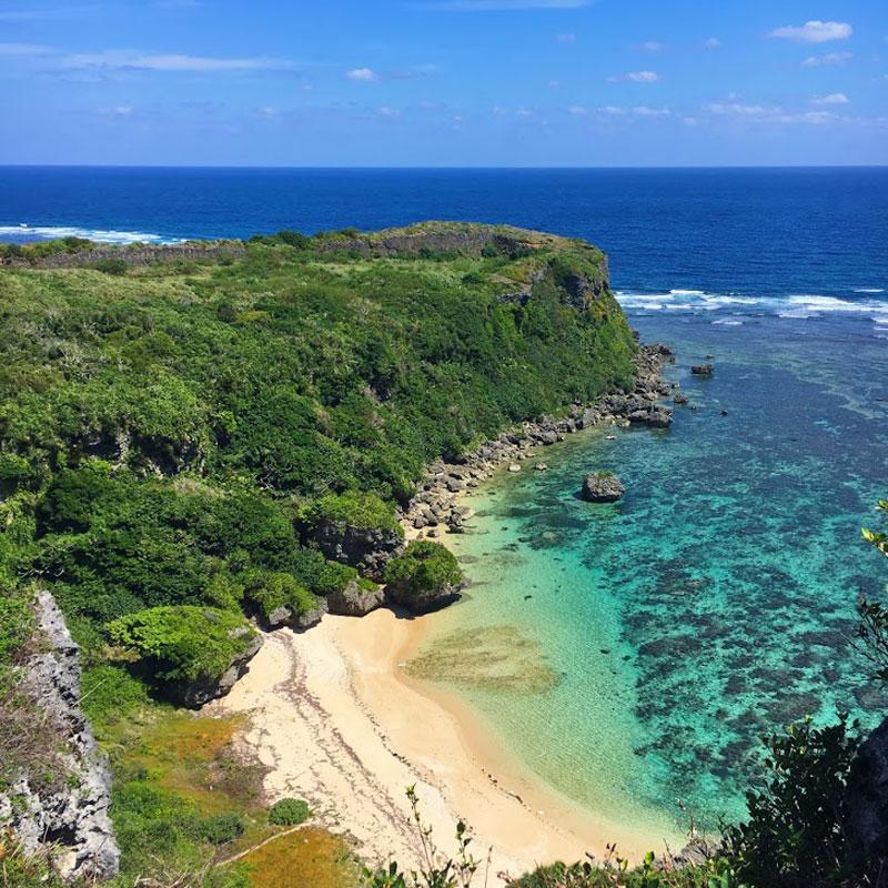 果報バンタから眺める白い砂浜と珊瑚礁