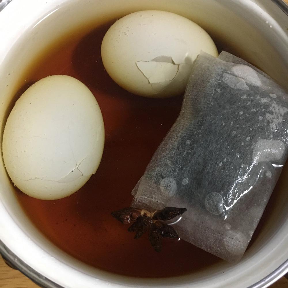 材料を鍋に入れて煮込みます
