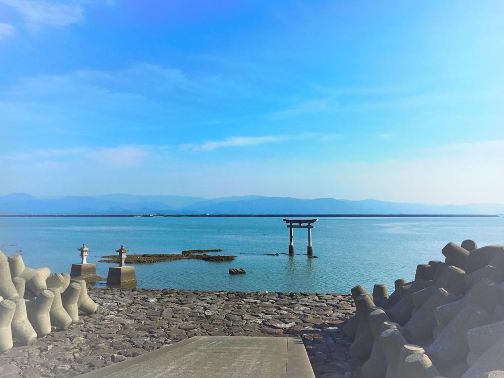堤防から望む永尾神社の鳥居