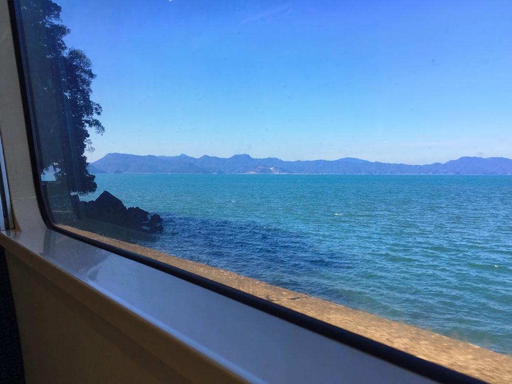 おれんじ鉄道の車窓から眺める青い海