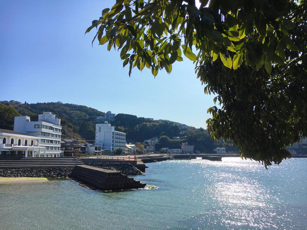 湯の児島から温泉街を眺める
