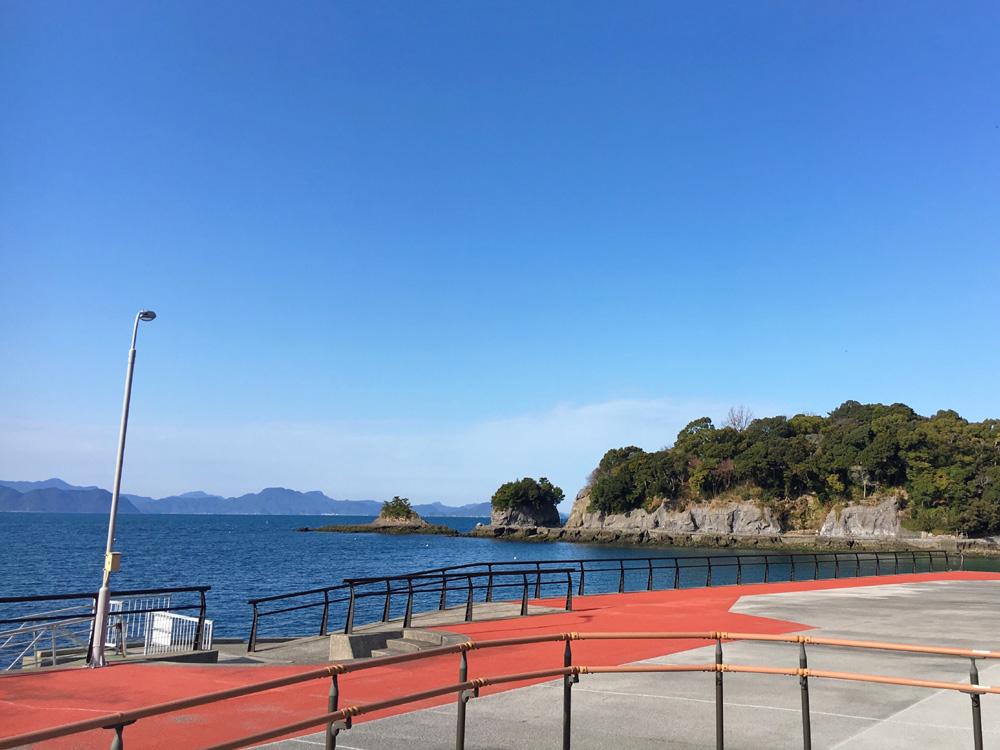 温泉街側から眺める湯の児島