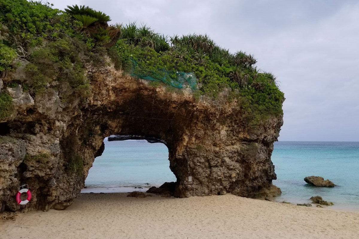 砂山ビーチの岩のアーチ