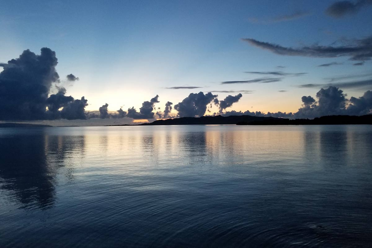日没後の名蔵湾