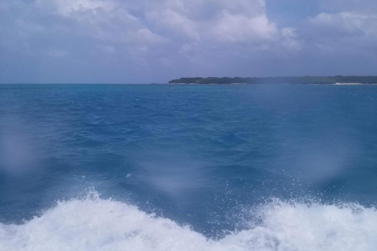 高速船の窓から見える竹富島