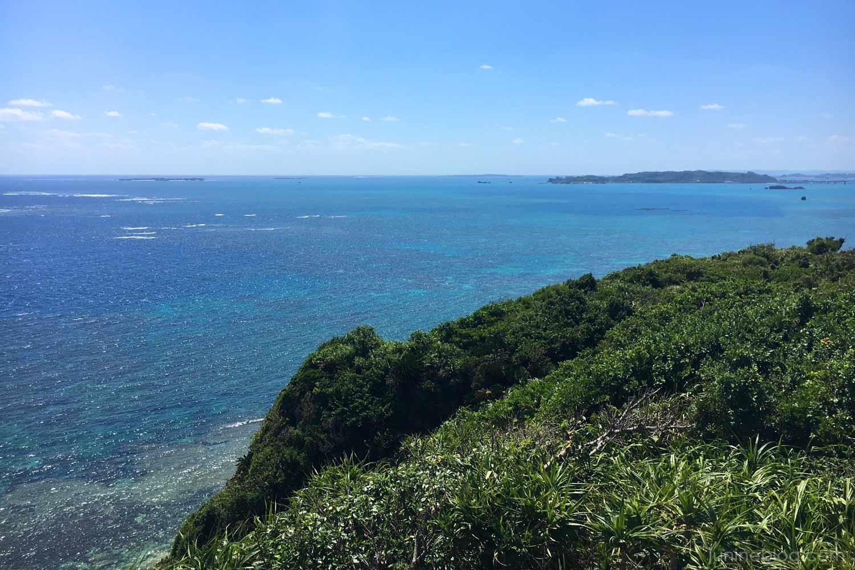 果報バンタから浜比嘉島を眺める