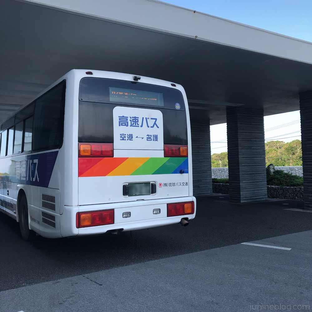 ホテルオリオンモトブに到着した高速バス