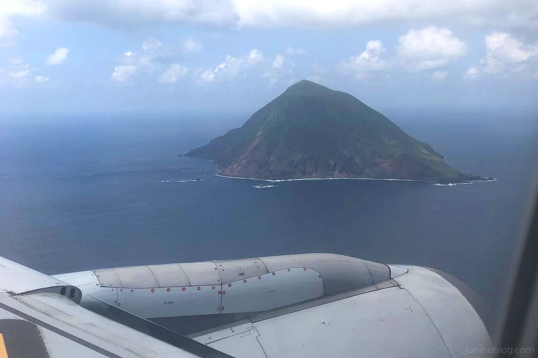 飛行機の窓から見える八丈小島
