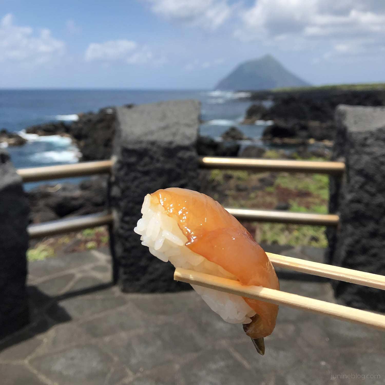 八丈小島を眺めながら島寿司