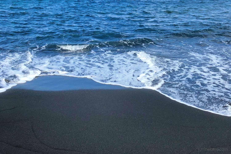 底土海岸の黒い砂浜