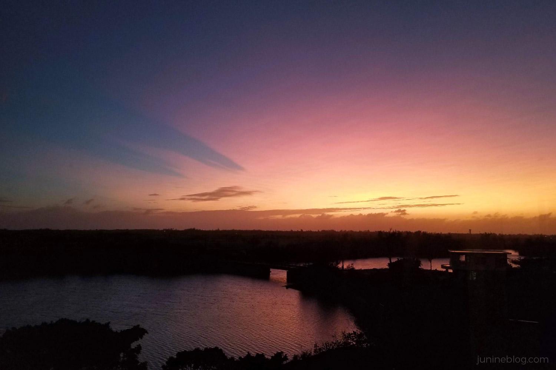 ホテルの窓から見る夕焼け空