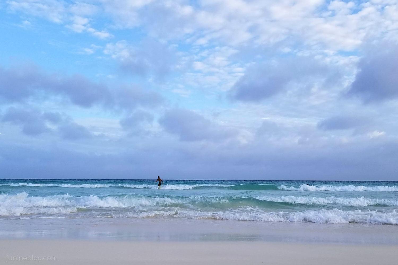 渡口の浜のサーファー