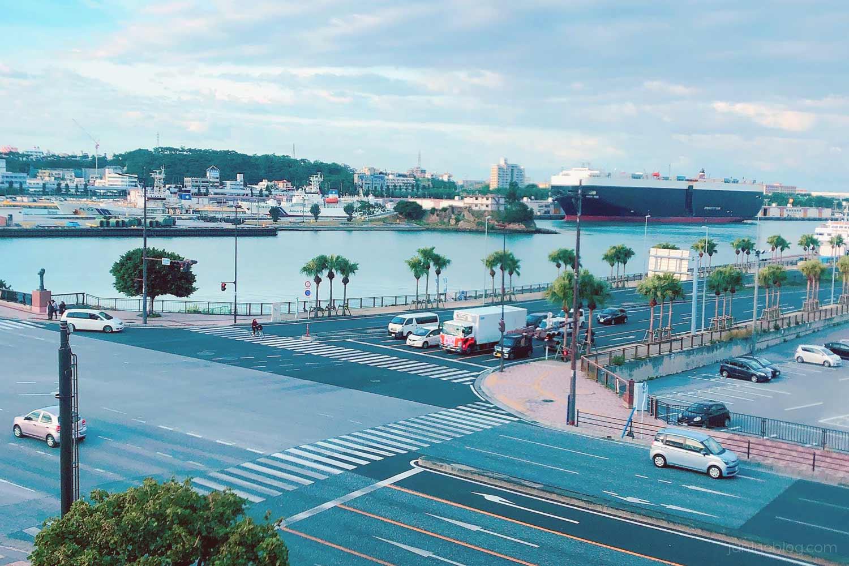 ゆいレールの窓から眺める那覇港