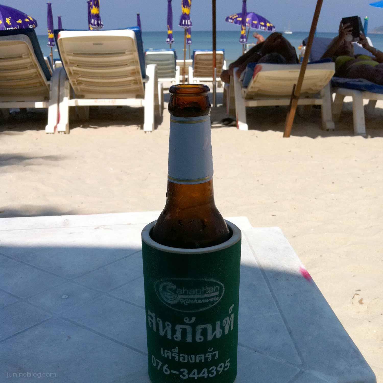 朝のパトンビーチでシンハービール