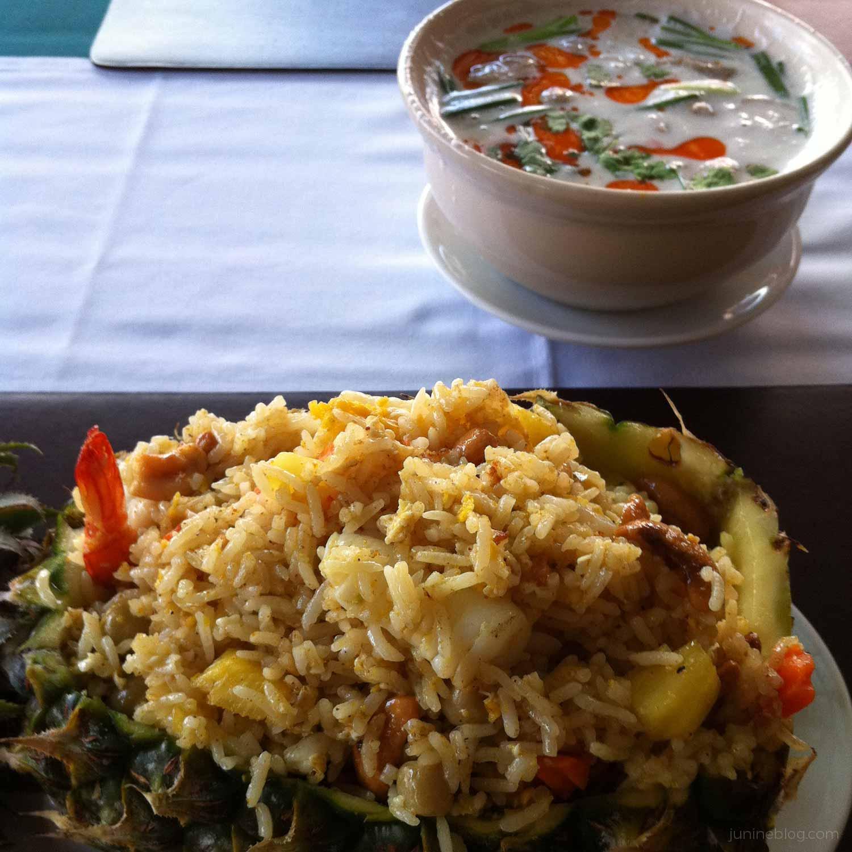 パイナップル炒飯とココナッツミルクのスープ
