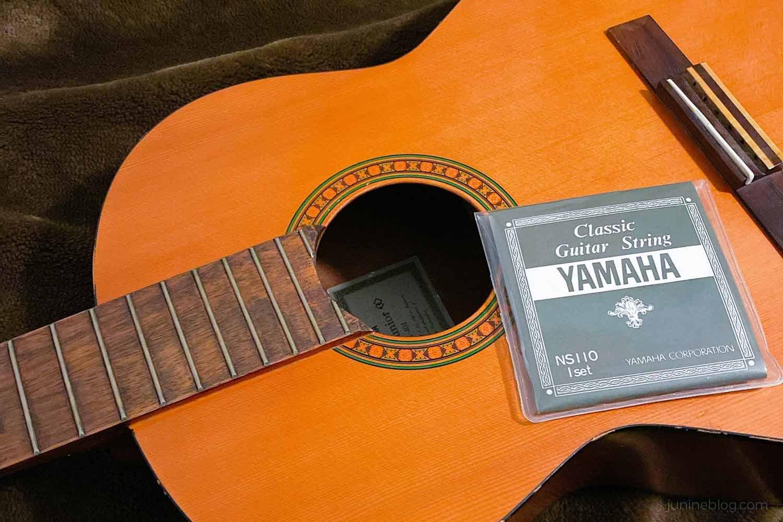 ギターの弦の張り替え中の写真