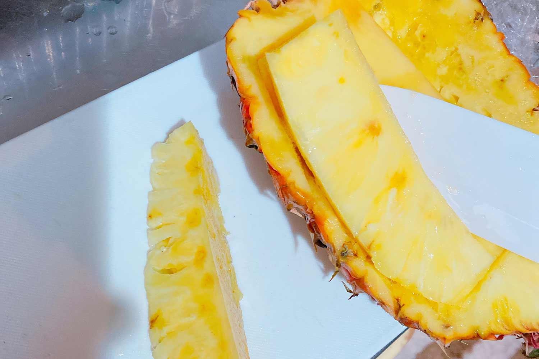 パイナップルの身を切り出す